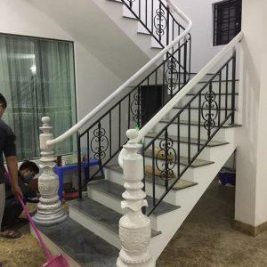 cầu thang sắt sơn đen tay vịn sơn trắng
