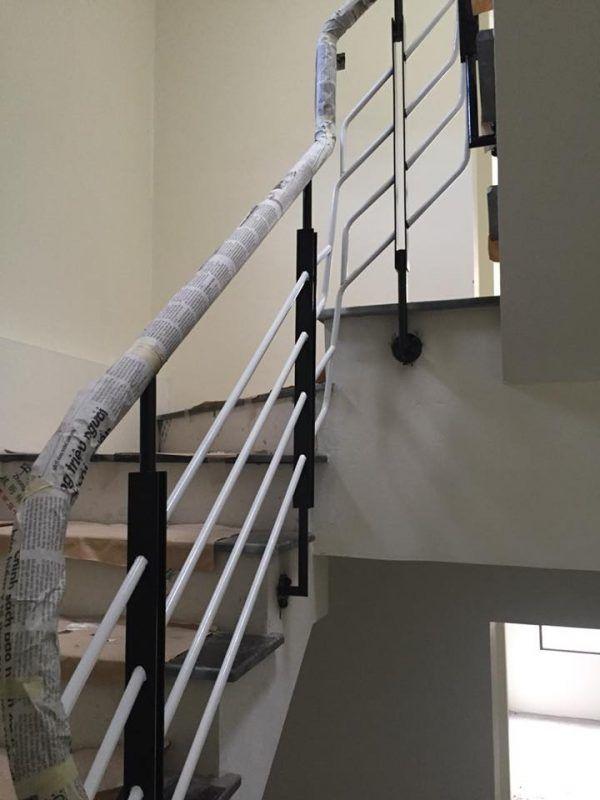 cầu thang sắt tay vịn gỗ