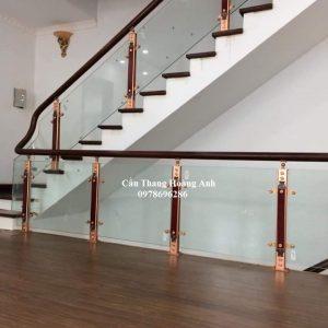 cầu thang kính tay vịn gỗ