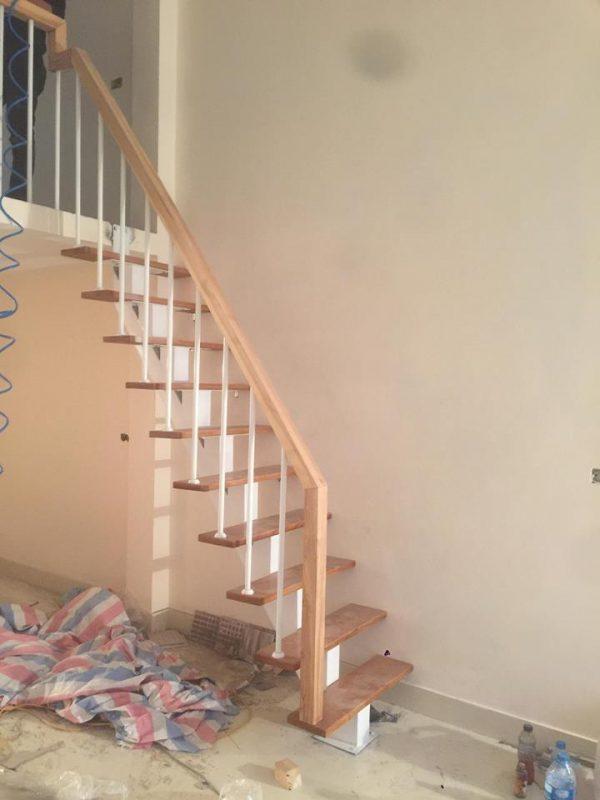 cầu thang xương sắt mặt bậc gỗ sồi