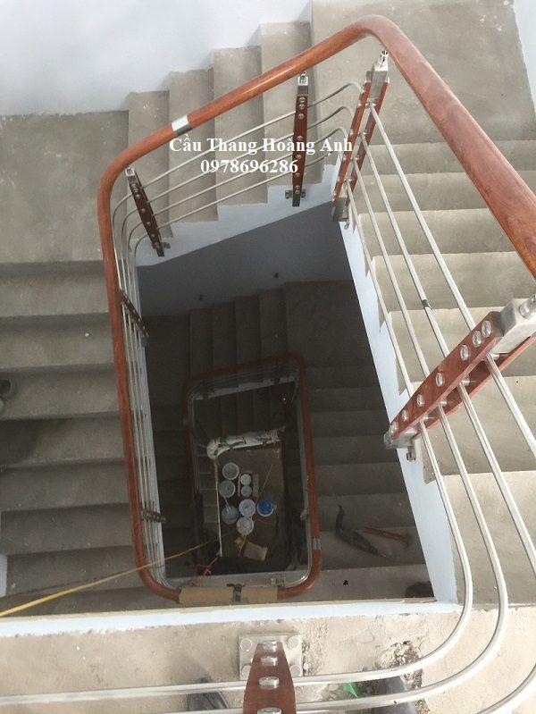 cầu thang inox tay vịn nhựa 02cầu thang inox tay vịn nhựa 02