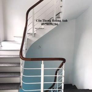 cầu thang sắt sơn trắng tay vịn gỗ