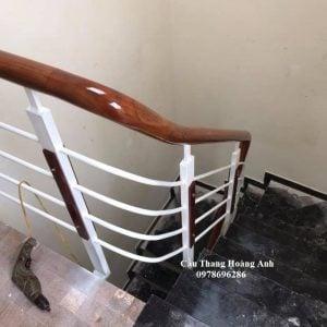 cầu thang sắt suốt tay vịn gỗ