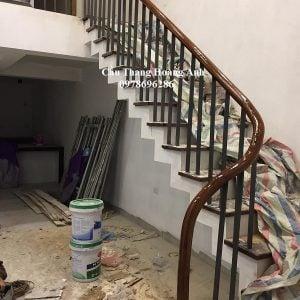 Cầu thang sắt sơn tĩnh điện. Tay vịn gỗ lim nam phi