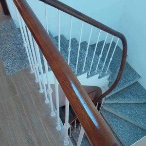 cầu thang sắt xoắn tay vịn gỗ lim
