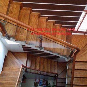 cầu thang kính cường lực mặt bậc gỗ lim nam phi